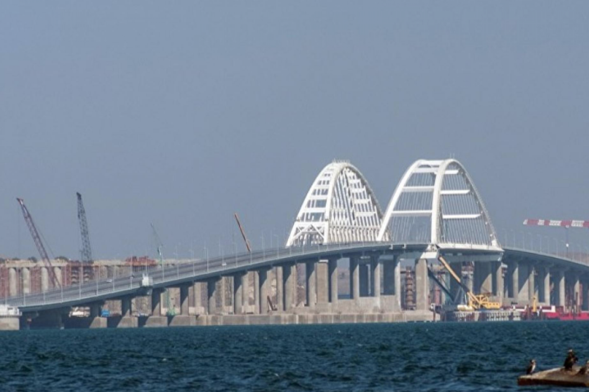 The railway arch of the Crimean bridge is connected to the first span