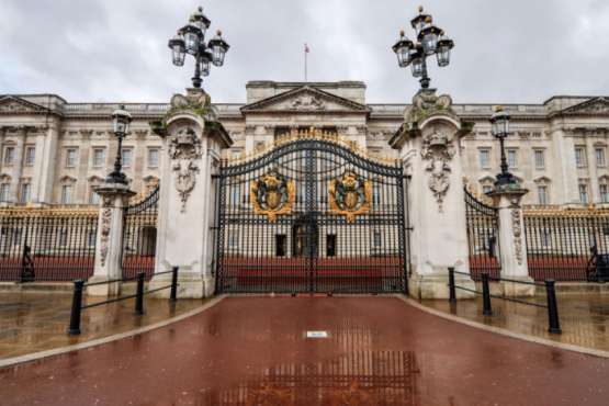 Buckingham Palace decorated for Christmas