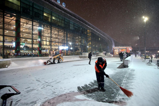 More than 50 flights delayed and canceled at Moscow airports Snowfall caused the hubs to fail